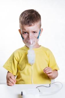 Petit enfant traite l'inhalateur de bronchite à la maison