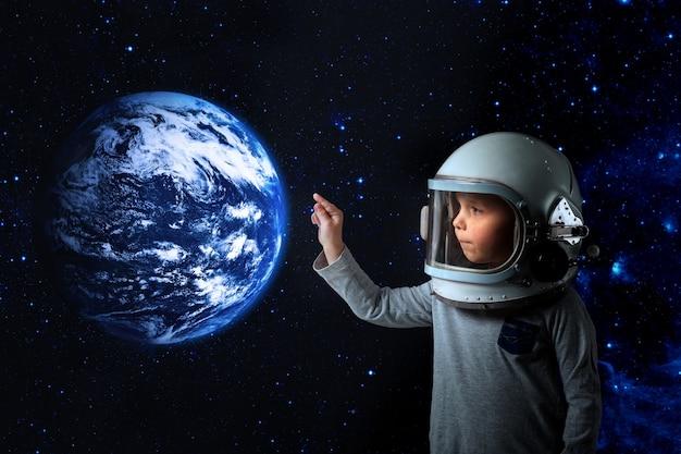 Petit enfant veut piloter un avion portant un casque d'avion