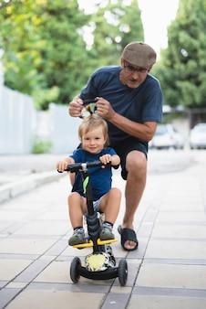 Petit-fils apprenant à faire du vélo