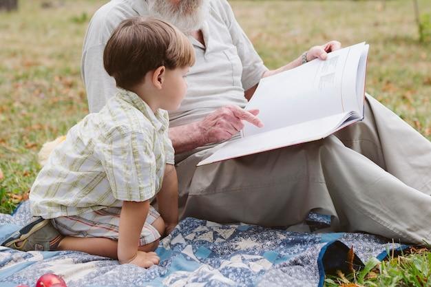 Petit-fils écoute l'histoire de grand-père