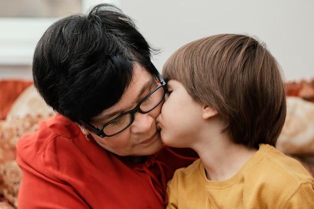 Petit-fils embrassant sa grand-mère