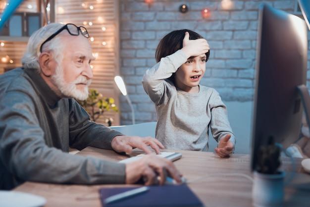 Petit-fils enseignant à un grand-père comment utiliser un ordinateur