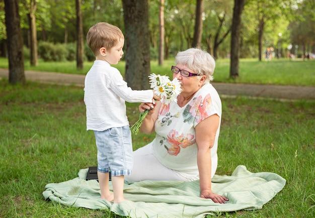 Petit-fils et grand-mère passent du temps ensemble. bonne fête des mères.