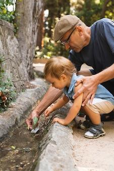 Petit-fils et grand-père jouant avec des jouets