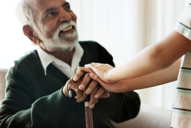 Petit-fils tenant les mains de grand-père