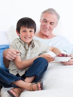 Petit garçon affectueux en prenant soin de son grand-père
