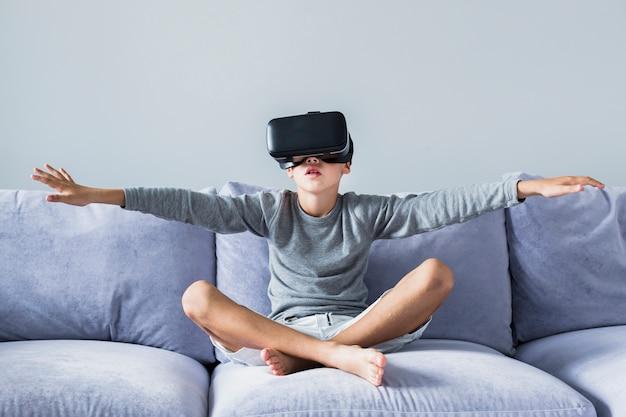 Petit garçon à l'aide de lunettes de réalité virtuelle