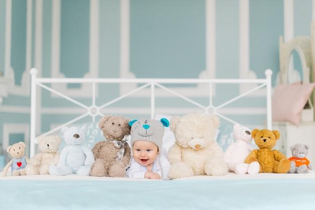 Petit garçon aime les ours en peluche