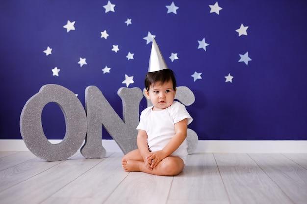 Un petit garçon d'un an fête son anniversaire