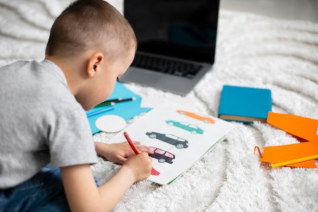 Petit garçon apprenant à dessiner