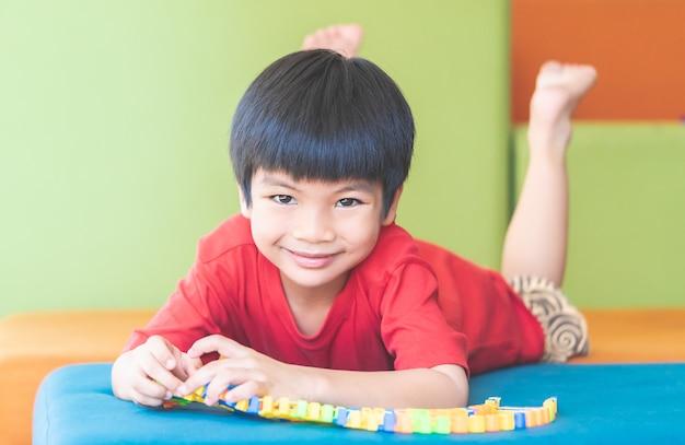 Petit garçon apprenant à jouer au jouet puzzle difficile