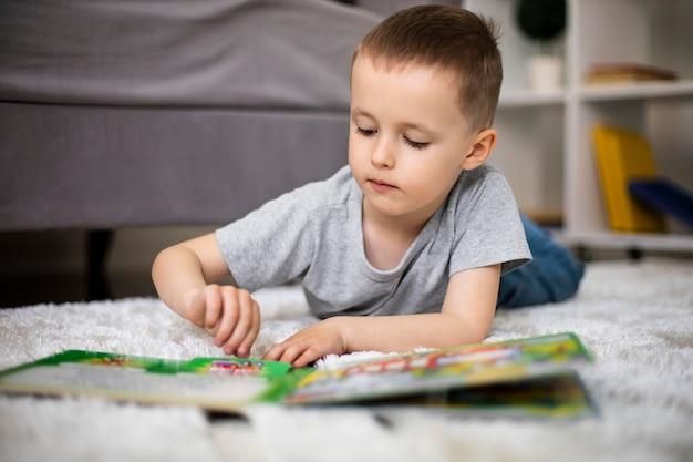 Petit Garçon Apprenant Une Nouvelle Activité Photo gratuit