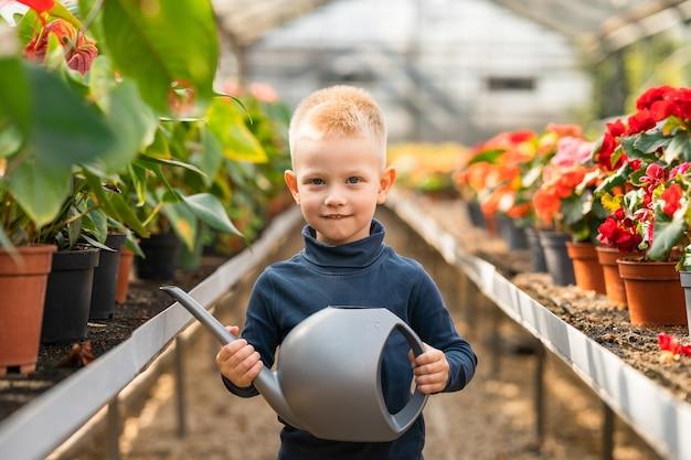 Petit garçon avec un arrosoir dans ses mains