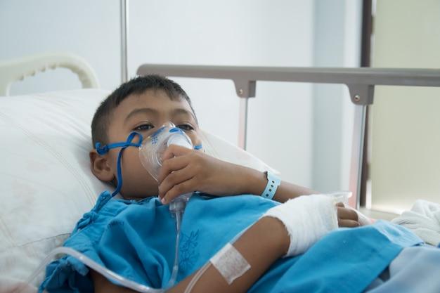 Petit garçon asiatique malade d'asthme