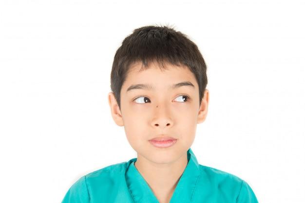 Petit garçon asiatique se moquer face à plusieurs émotions