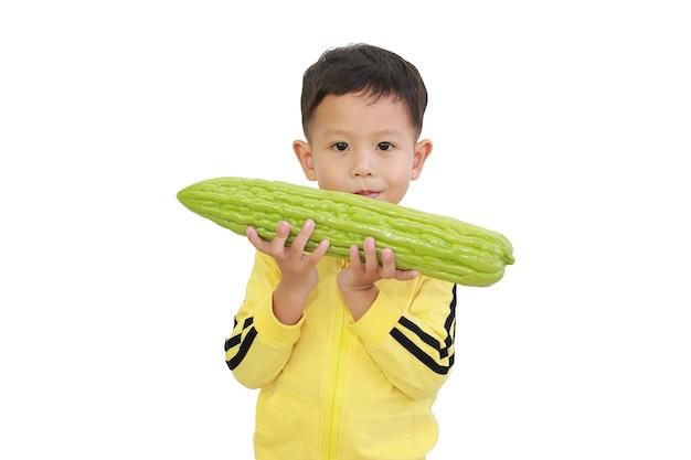 Petit garçon asiatique tenant une gourde amère