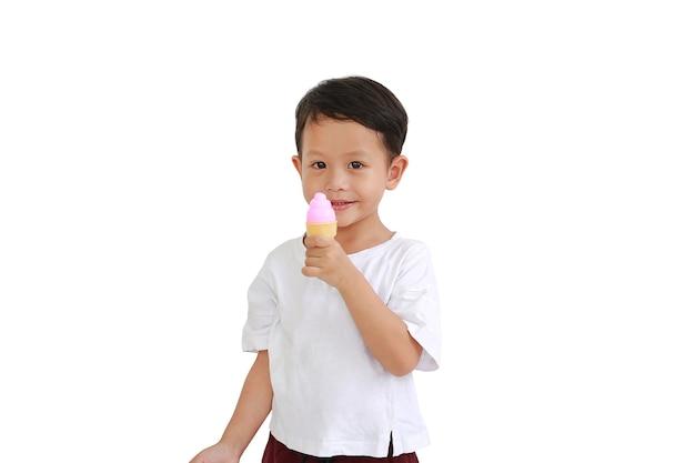 Petit garçon asiatique tenant un jouet de crème glacée sur fond blanc
