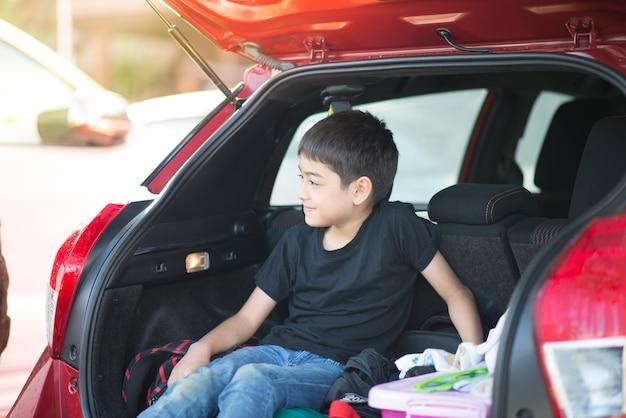 Petit garçon assis dans la voiture