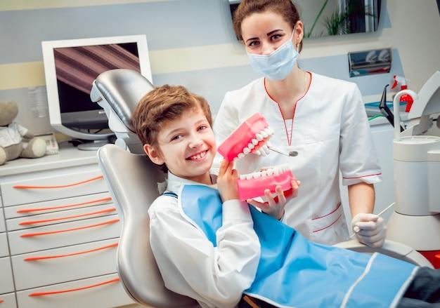Petit garçon au cabinet dentaire.
