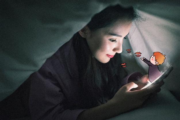 Petit garçon au téléphone portable: illustration de photographie créative mélangée