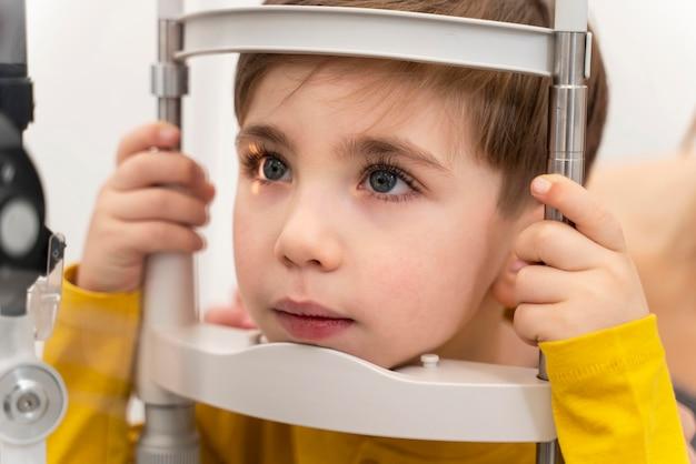Petit garçon aux yeux consultent