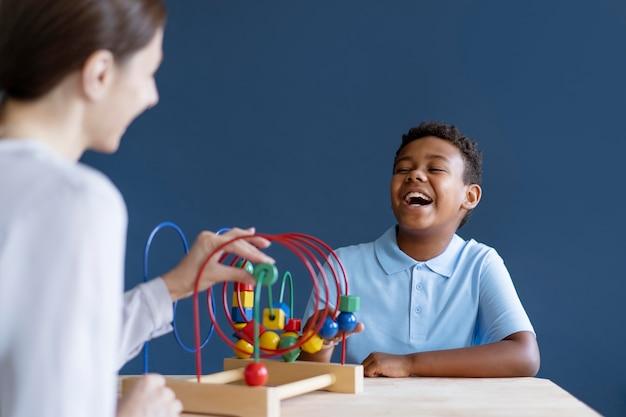 Petit garçon ayant une séance d'ergothérapie avec un psychologue