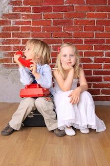 Petit garçon et une belle fille. concept d'amour