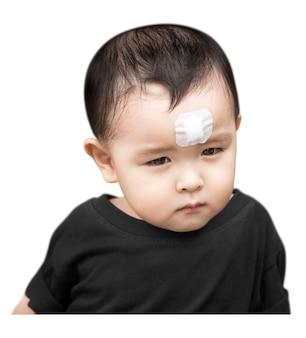 Petit garçon a une blessure au front isolé sur blanc