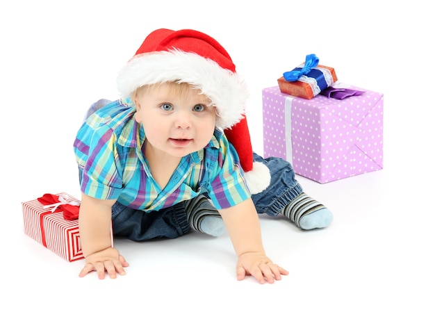 Petit garçon avec cadeau, isolé sur blanc