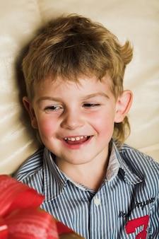 Petit garçon avec un cadeau de noël ou d'anniversaire