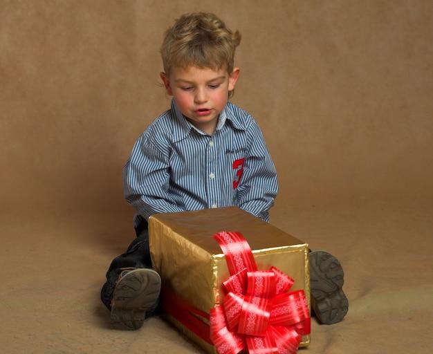 Petit garçon avec un cadeau de noël