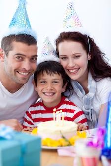Petit garçon célébrant son anniversaire avec ses parents