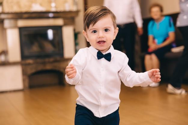 Petit garçon en chemise blanche et noeud papillon noir