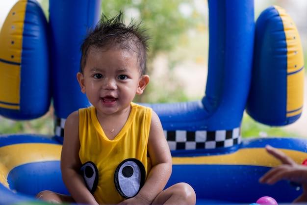 Petit garçon content de la piscine pour enfants