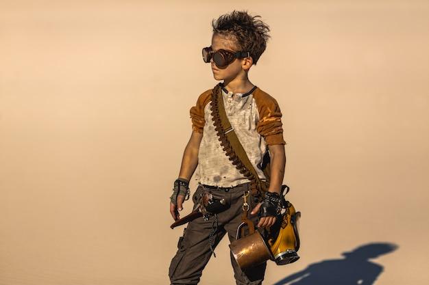 Petit garçon en costume post-apocalyptique