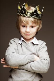 Petit garçon avec couronne