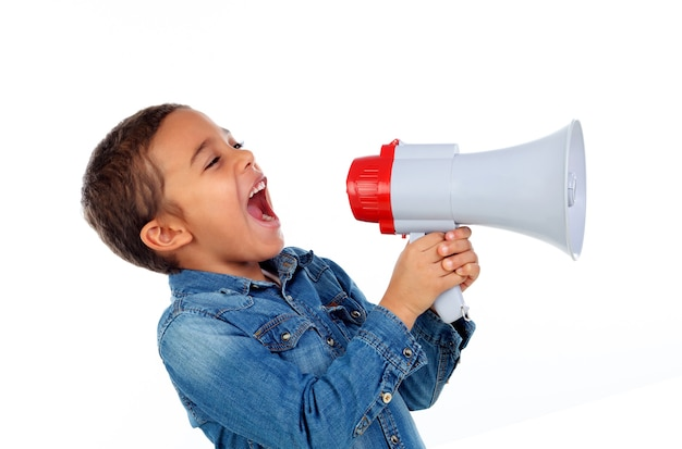 Petit garçon criant dans un mégaphone