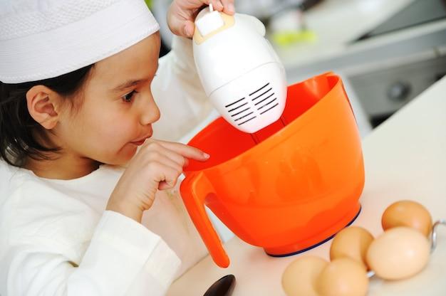 Le petit garçon cuisine