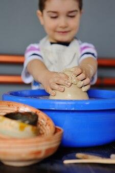 Petit garçon dans un atelier de poterie