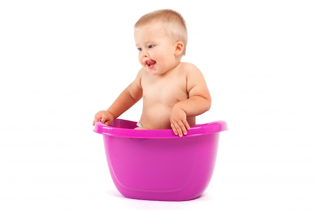 Petit garçon dans une baignoire violette