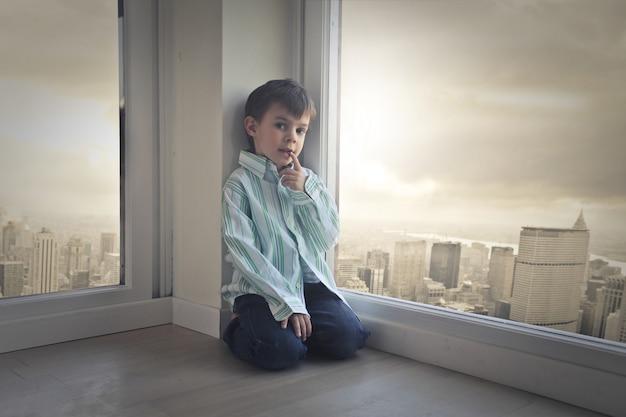 Petit garçon dans un grand appartement en ville