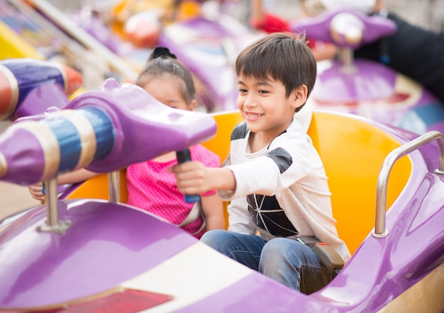 Petit garçon dans un parc d'attractions