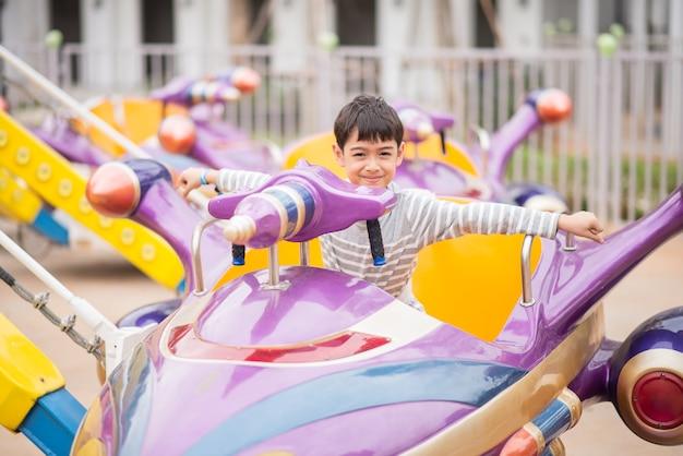 Petit Garçon Dans Un Parc D'attractions Photo Premium