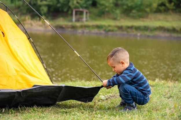 Petit garçon dans une tente. camping dans la nature.