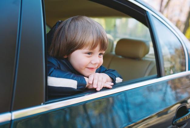 Petit garçon dans la voiture.