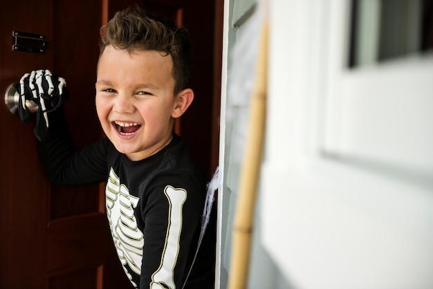 Petit garçon déguisé en skelleton