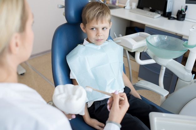 Petit garçon dentiste invité