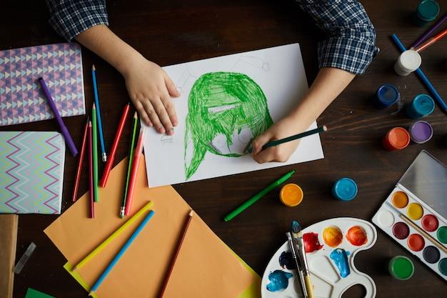 Petit garçon dessinant un monstre