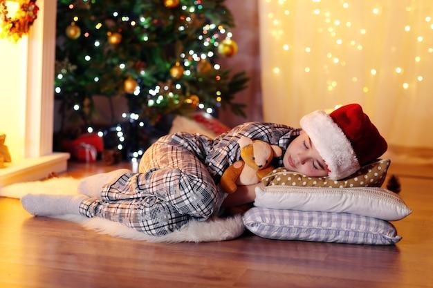Petit garçon dormant près de la cheminée dans la chambre
