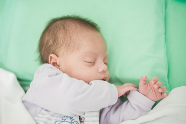 Petit garçon dort dans un berceau - gros plan